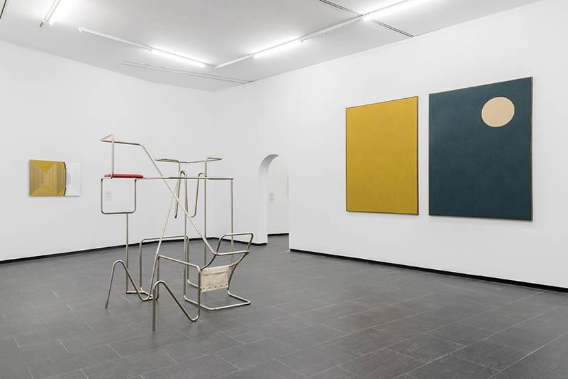 Hisae Ikenaga. Línea amueblada II, 2018, hierro cromado, piel falsa, 171 x 153 x 126 cm. Exposición ¨Querer parecer noche¨ CA2M