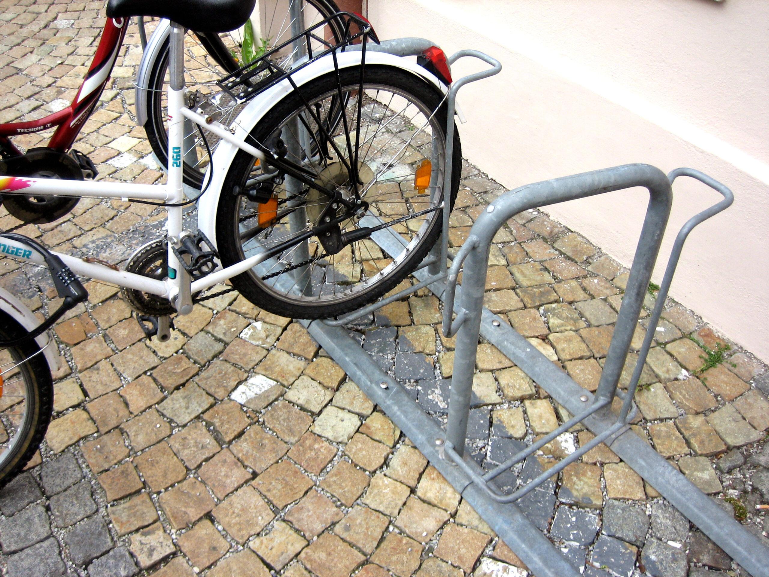 aparcabicicletas curvado en Munich detalle